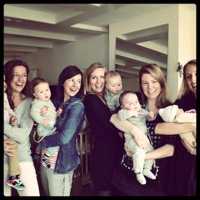 Jaaa al mijn beste vriendinnetjes hebben nu een kindje. Hier gezellig met z'n allen op de foto.