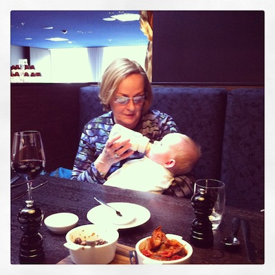 Het was pasen! Heerlijk geluncht in restaurant Bluespoon van het Andaz Hotel. Hier een trotse oma die de fles geeft.