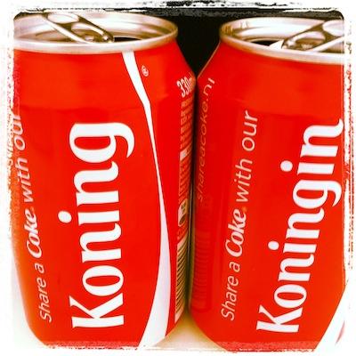 Iri mijn redacteur kwam bij mij werken vandaag en voor haar speciaal cola gehaald. En ook Coca Cola was al in de stemming voor de Troonswisseling.